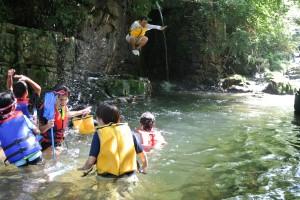 オオサンショウウオもいる川で遊んでいます。